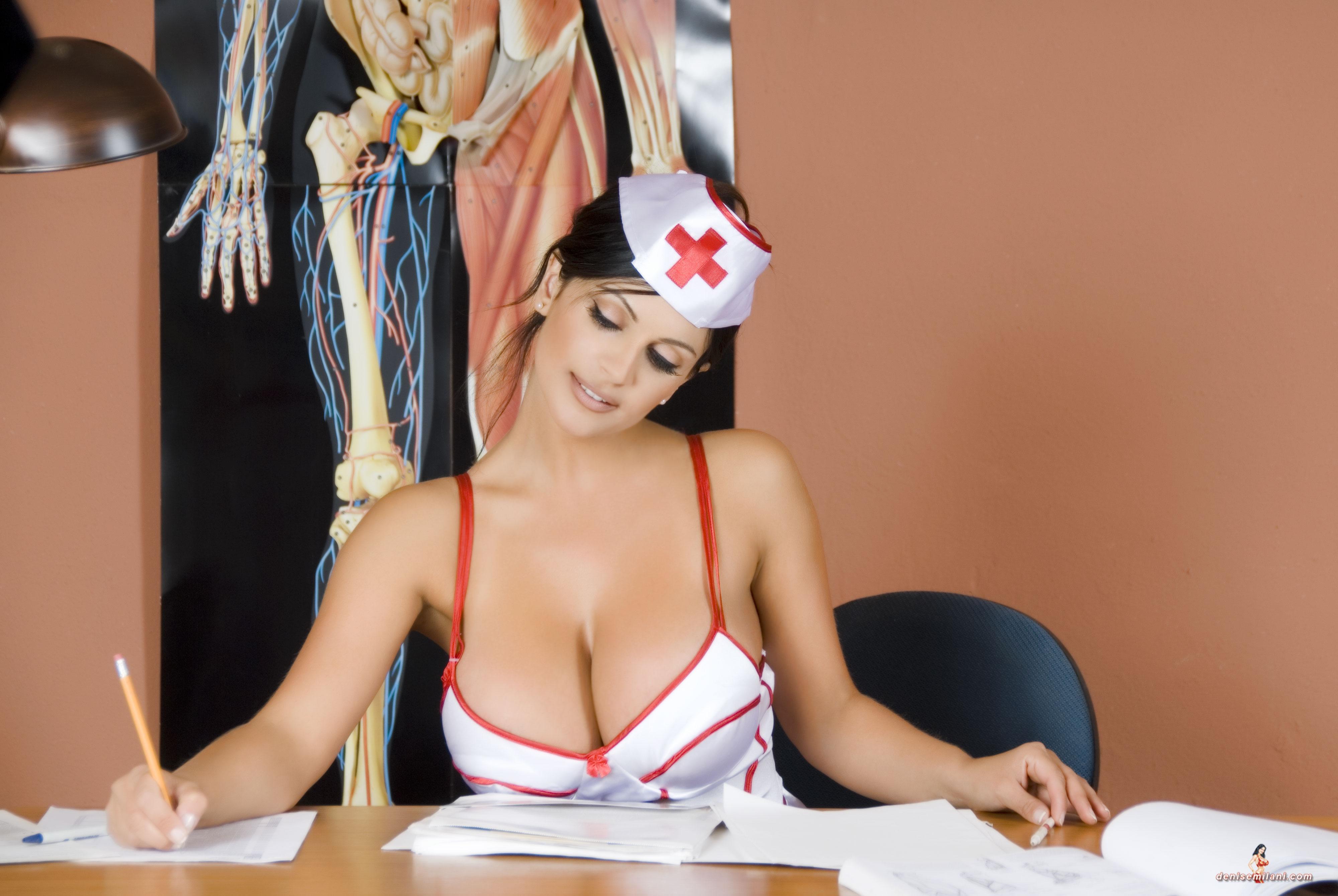 Сиськастая медсестра